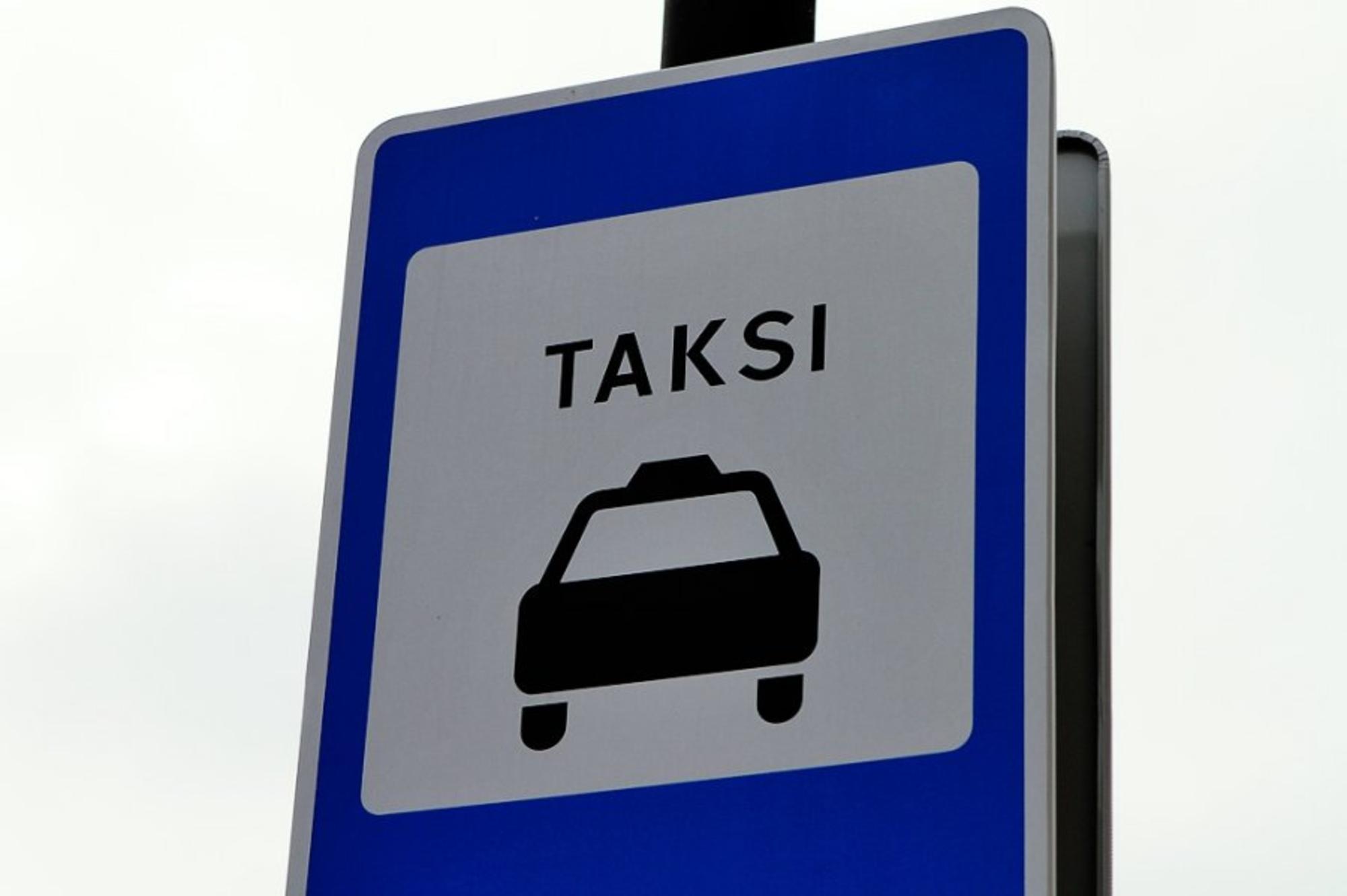 Keleivis užpuolė taksi vairuotoją: trenkė kumščiu, išdaužė langą