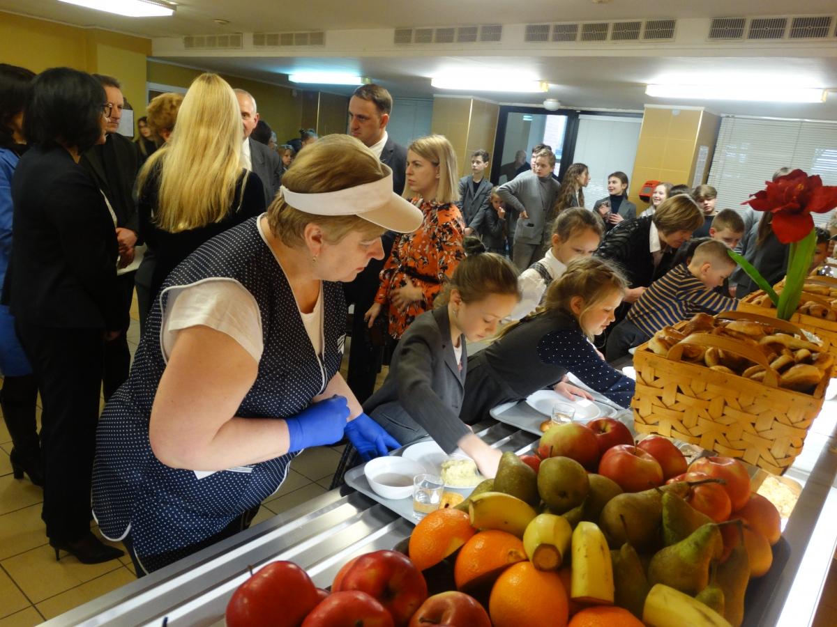 Švediško stalo gimnazijos valgykloje mokiniai laukė kaip šventės